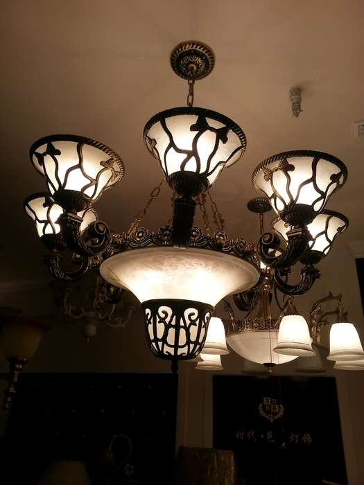 白菜价转让全新、未开封欧式吊灯,适合家装欧式、美式风格。 在美吉特看到这盏灯时,觉得很精致、漂亮,当即决定买下,当时家里刚刚开工,现在家里基本成型,已经决定全部购置水晶吊灯,所以这盏铜灯只能白菜价转让,当时和店家磨了半天嘴皮,最终以680元成交,现在以成本价转让,如果能自提,价格可以适当小刀。