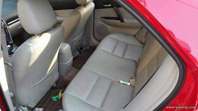 转让2013年5月的马自达6新款,手自一体天窗顶配,三包车,2万公里,一手车,红色车身,2.0排量,颜色很靓,所以底盘发动机工作性能很优越。马六的底盘玩车的都知道很扎实,弯道过弯性能也很好,空间宽敞,年轻人的最爱。带8个安全气囊、四门电动、ABS+EBD、电动天窗、,CD碟机DVD导航,、铝合金轮毂、原厂真皮座椅带电动、中控门锁+防盗等很多配置。无论是家用还是代步都很不错,后期保值空间也大,油耗不高动力好。车况原版,,现卖12.
