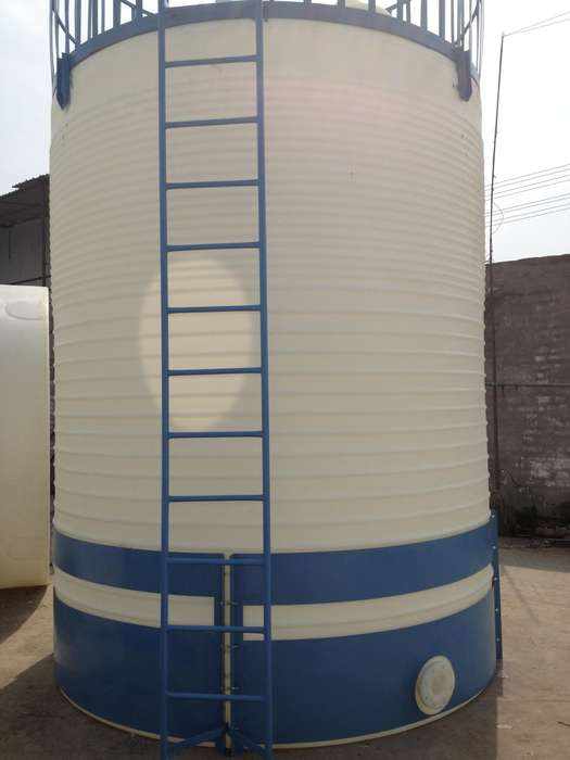 5T塑料水箱10吨蓄水箱,15吨蓄水pe水箱,8吨pe平底水箱塑料水箱,PE储罐,储水箱,纯水箱,滚塑水箱,饮用水箱用于装水或浓度是30%以下的酸碱液体,可存装温度在60度以下的热水,浓度在90%以下的酸碱溶液采用进口高级原料结合现代滚塑工艺制造而成,具有耐酸碱防腐蚀,抗老化,防紫外线,使用寿命长,易清洗,不长青苔等特点。广泛应用于高层建筑二次供水,小区用水储存,环保设备成套配置,食用油品,饮料,酒类的储存及家村屋顶蓄水,洗浴中心储水。产品具有安全便捷,维修简单等特点,成为国际公认的理想型塑胶储蓄容器。每