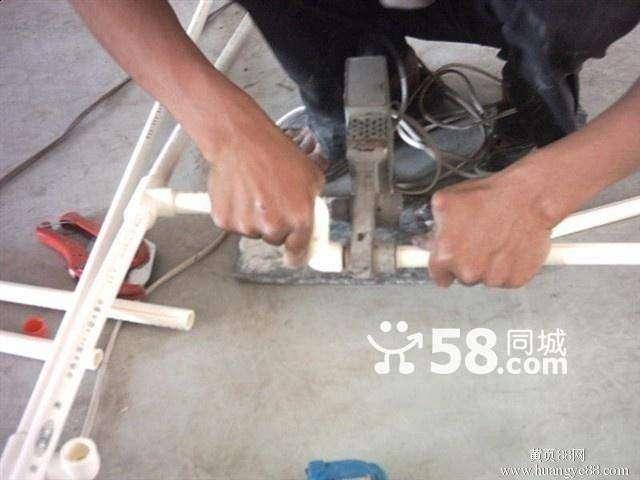 技术人员管道维修:马桶水箱