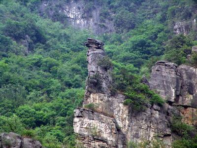 河风景名胜区的介绍>> 青天河景区由古道,大泉湖,月山寺,凤凰