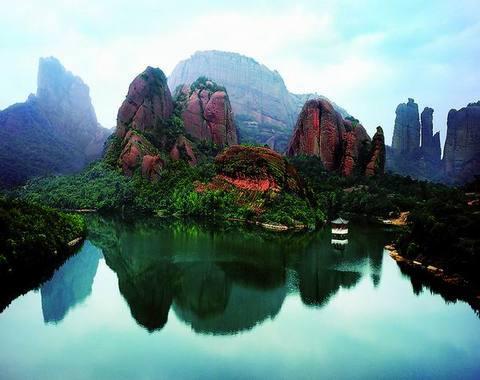 龟峰系国家级风景名胜区,它位于江西省弋阳县城区西南部,总面积136
