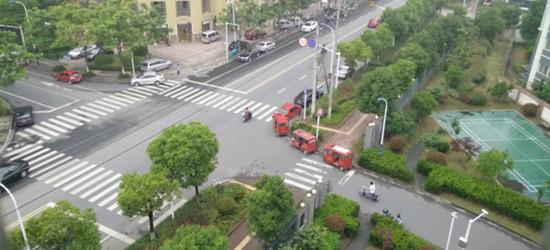 看看龙虎塘的马路上停满了车,完全挡住了拐弯的视角