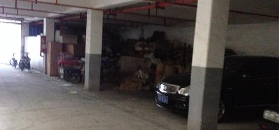 常州潞城花园小区内车库脏乱差,管理员做什么?