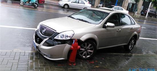 早晨看见路边一辆别克,保险杠都掉下了