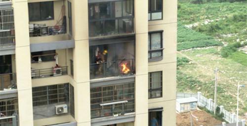 新景花园二期一高楼内起火,消防员真辛苦,还危险!