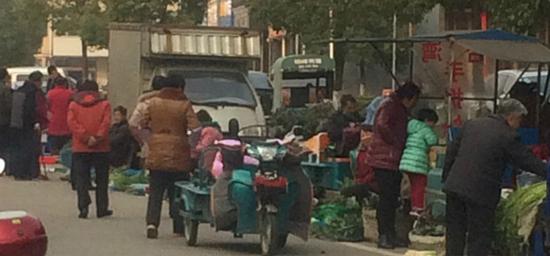 香山花园那小贩长期占用道路,还有城管吗?