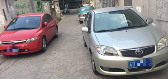 翠竹新村乱停车严重了,车子都停到弄堂里了,严重影响我们正常通行