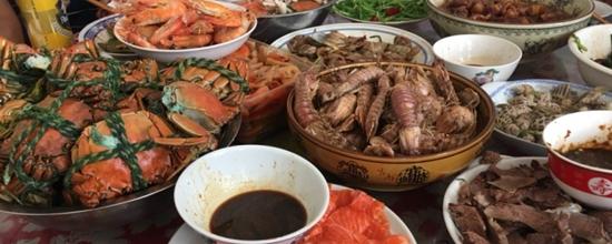 放假在爸爸家吃饭,弟弟买了好多海鲜带回家烧的,吃的很开心