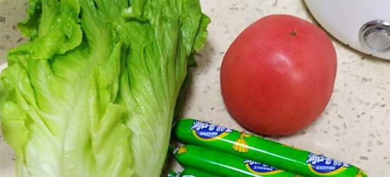 又做女儿爱吃的疙瘩汤啦!揉块面疙瘩,再剁颗番茄
