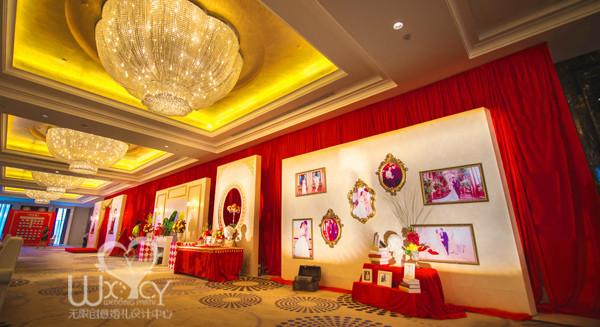 """万达喜来登""""英伦风""""婚礼把红色和金色完美的融合在"""