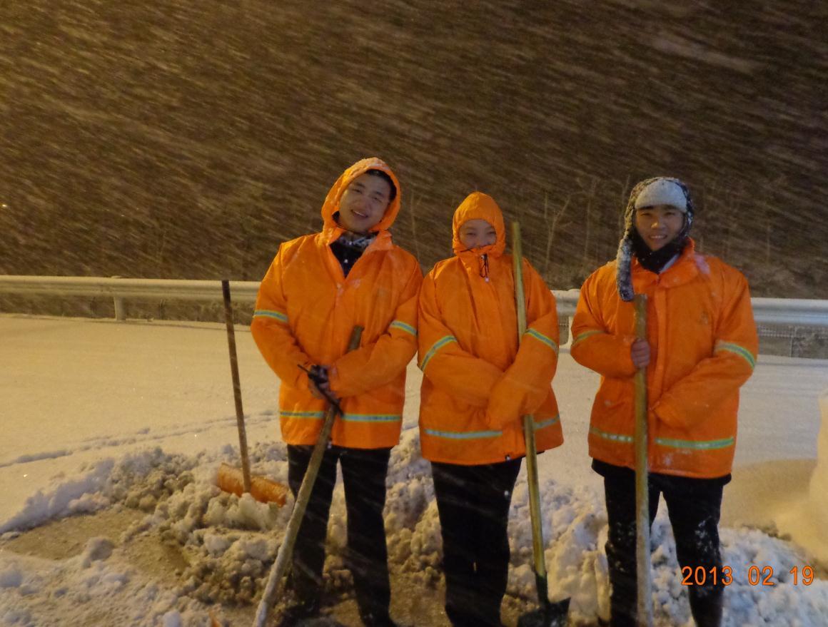 高清图片:收费站一群可爱的人!大雪天气扫雪