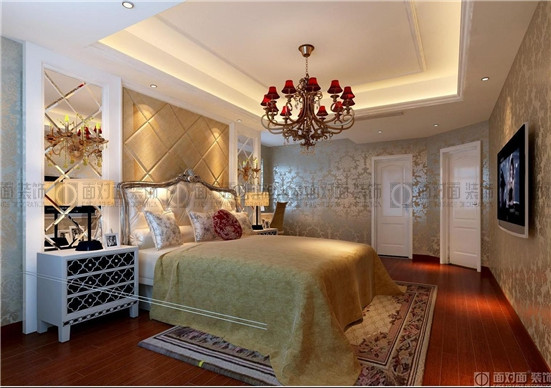 主卧室欧式的墙纸,床头的软包