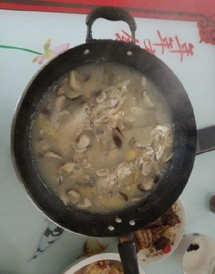 蘑菇粉皮鲢鱼头汤