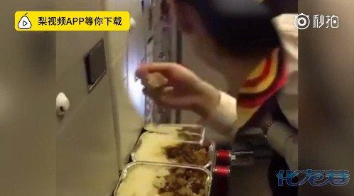 试吃飞机餐被停飞
