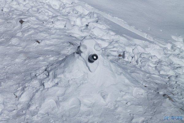 氧气瓶被用来堆雪人