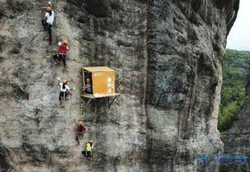 悬崖上腾空出现小店