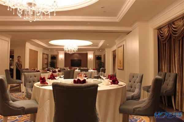 一楼有欧式的咖啡吧,透着舒服与奢华;自助餐厅也在一楼,没有看菜式,据