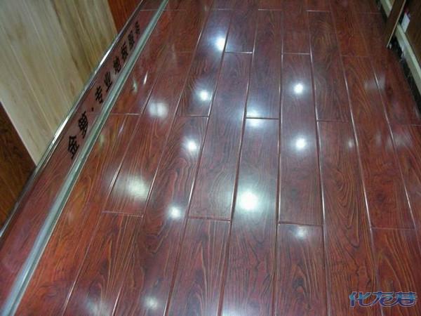我店里的复合地板区就是地砖上铺的复合地板