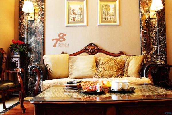 客厅摆老式木沙发图片