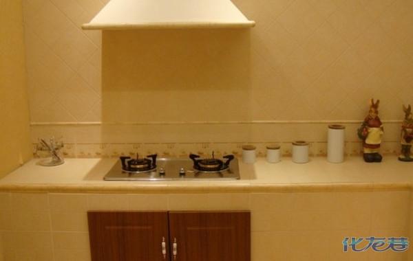 这个米黄色的瓷砖配什么样的橱柜好啊?