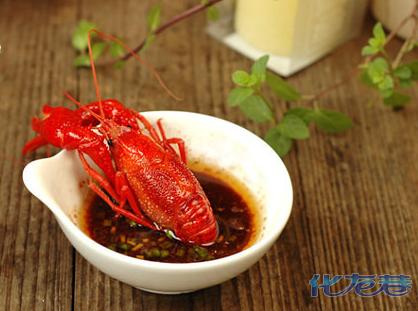 小龙虾要怎么分辨公母呢 母龙虾才黄多 高清教学图 哈哈图片