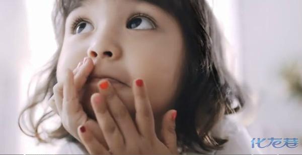 看到广告里的小女孩,好可爱哦!