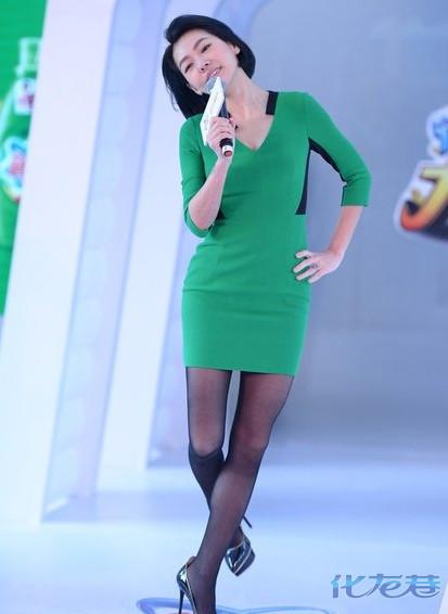丝袜同性吻_当天,小s身穿一件绿色连衣裙,并搭配黑丝袜,高跟鞋亮相,一上场就