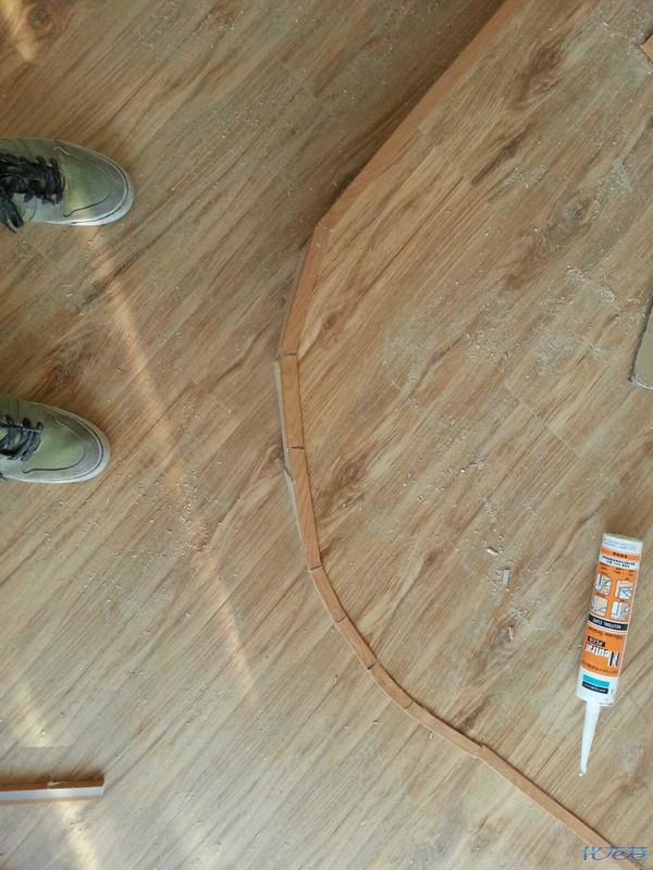 地台,两个角是圆弧的,铺完地板后发现一个很严重的问题不知道怎么收边