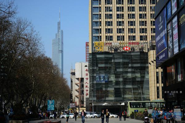 街拍南京新街口,在珠江路47层高楼顶层俯拍鸡鸣寺玄武