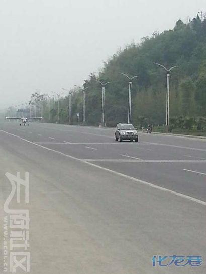 四川一架小型飞机降落在公路上