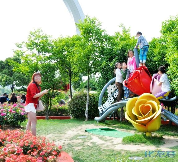 紫荆公园的月季雕塑处,一些家长竟无视孩子爬雕塑,看着都让人捏把汗