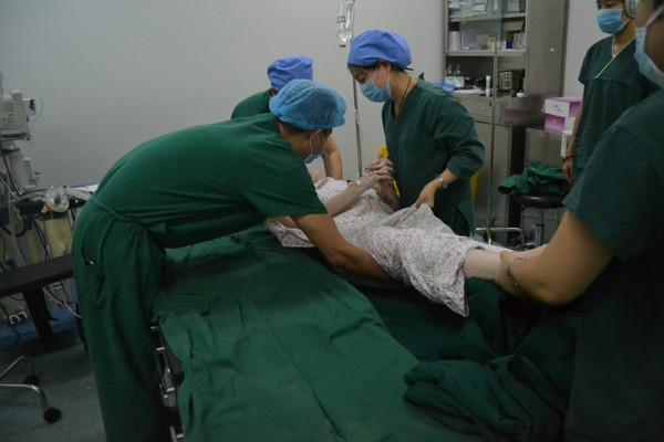 直播俄罗斯美女模特隆胸手术全过程!