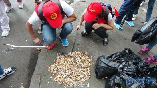 """""""                 择将垃圾扔进垃圾桶,景区更干净了   烟头的减少"""