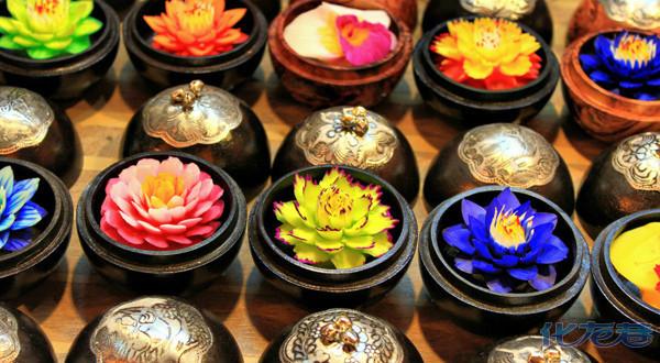 匠人将整块肥皂雕刻出各种花的形状