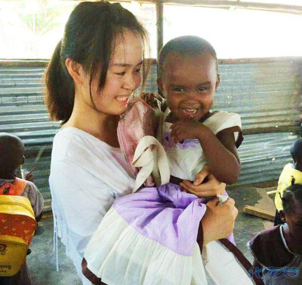 18岁常州女孩到非洲做志愿者,帮助坦桑尼亚的小孩子,献上自己绵薄的