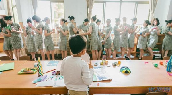 广东幼儿园老师穿旗袍上课