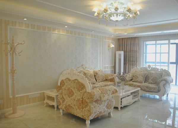 沙发背景:是无纺布墙纸和石膏线条做的框架造型,简单大气