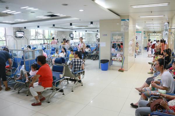 早上去第一人民医院挂水了,拍了几张 输液 室的