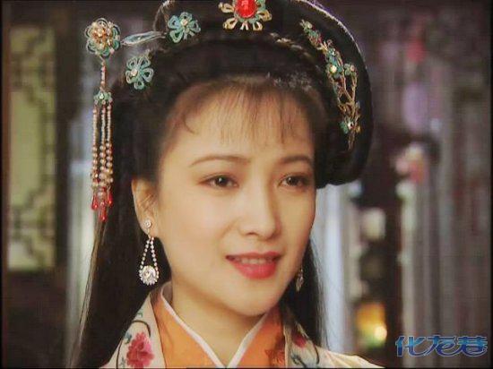 1989年,25岁的何晴与大自己7岁的演员刘威,在《女子别动队》中相识、相恋。他们当时的地位,堪比如今的杨幂刘恺威、刘诗诗吴奇隆、陈晓陈妍希这样的完美情人。何晴只要想吃的东西,无论多晚、多远,刘威都甘心为她跑腿买回来。 但热恋5年后,何晴还是跟刘威分手了。刘威当时非常伤心,还在朋友聚会上数度哽咽。在近几年的一次粉丝见面会上,有粉丝提问刘威当年与何晴的旧情,刘威直言不讳地称:我俩当年为什么不结婚?
